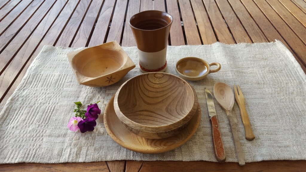 Wood feast gear set with basket and linen placemat
