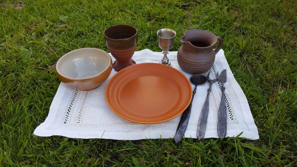 Feastgearset i keramik uppdukat på linnebordsduk.